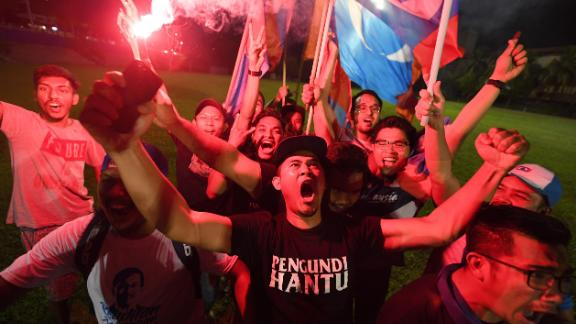 Supporters of former Malaysian prime minister and opposition candidate Mahathir Mohamad celebrate in Kuala Lumpur on early May 10, 2018.