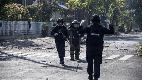 Indonesian bomb squade examine the site following a suicide bomb outside a church in Surabaya on May 13, 2018. - At least two people were killed and 13 others injured in bomb attacks, including a suicide blast, targeting churches in Indonesia