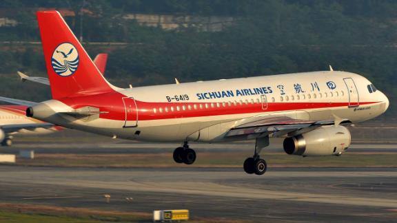(180514) -- CHENGDU, May 14, 2018 (Xinhua) -- Flight 3U8633, operated by Sichuan Airlines, prepares to conduct emergency landing after a mechanical failure in Chengdu Shuangliu International Airport in Chengdu, capital of southwest China