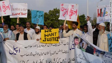 Pakistani protesters carry placards during a demonstration against the killing of a local resident in a car accident involving a US diplomat in Islamabad on April 25, 2018.
