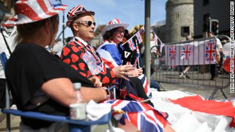 WINDSO, ENGLAND - MAY 18:  A journalist (2L) interviews two women as they wait in their position, as media, tourists and royal fans gather on the route, near Windsor Castle, a day ahead of the wedding of Prince Harry and Meghan Markle, on May 18, 2018 in Windsor, England.  (Photo by Leon Neal/Getty Images )