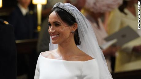 See Meghan Markle walk herself down the aisle