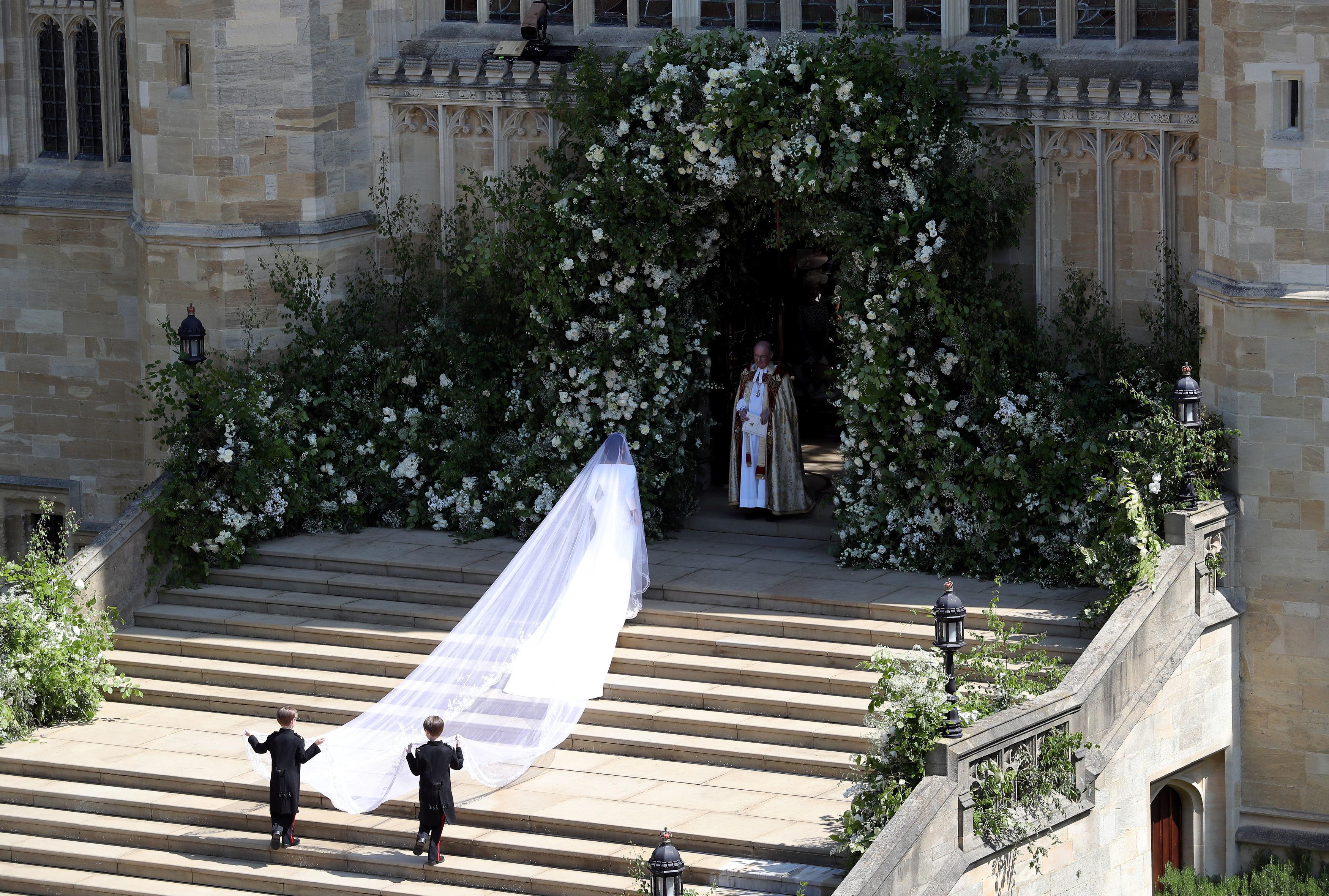 see meghan markle arrive at wedding chapel cnn video https www cnn com videos cnnmoney 2018 05 19 meghan markle first glimpse arrival royal wedding cnn
