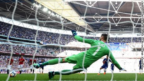 Eden Hazard  beats David de Gea from the penalty spot to score the only goal of the 2018 FA Cup final for Chelsea.