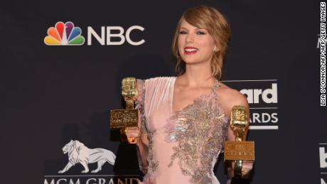 Recording artist Taylor Swift poses in the Press Room during the 2018 Billboard Music Awards 2018 at the MGM Grand Resort International on May 20, 2018 in Las Vegas, Nevada. (Photo by LISA O'CONNOR / AFP)        (Photo credit should read LISA O'CONNOR/AFP/Getty Images)
