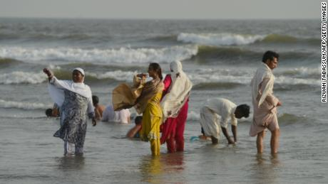 Pakistani residents cool off at Clifton beach during a heat wave in Karachi on May 21, 2018. - Residents of Pakistan's largest city Karachi were urged to seek shelter Monday as the temperature hit 44 degrees Celsius (111.2 Fahrenheit), sparking fears of widespread heatstroke during the Islamic fasting month of Ramadan. The Pakistan Meteorological Department warned the sweltering heat would continue throughout the week, forecasting daytime temperatures of between 40-43 degrees. (Photo by RIZWAN TABASSUM / AFP)        (Photo credit should read RIZWAN TABASSUM/AFP/Getty Images)