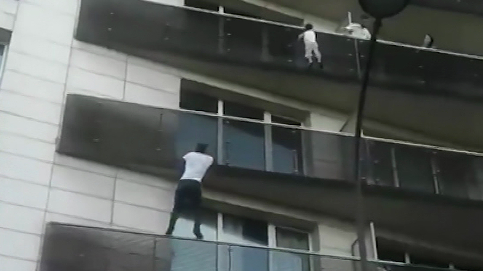 Man Scales Building To Save Dangling Child Cnn Video