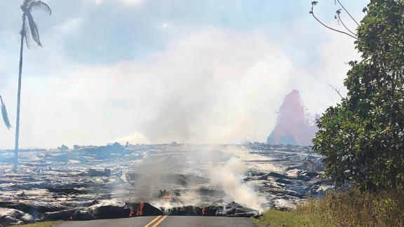 Lava advancing west from fissure 7 on Leilani Avenue May 27.