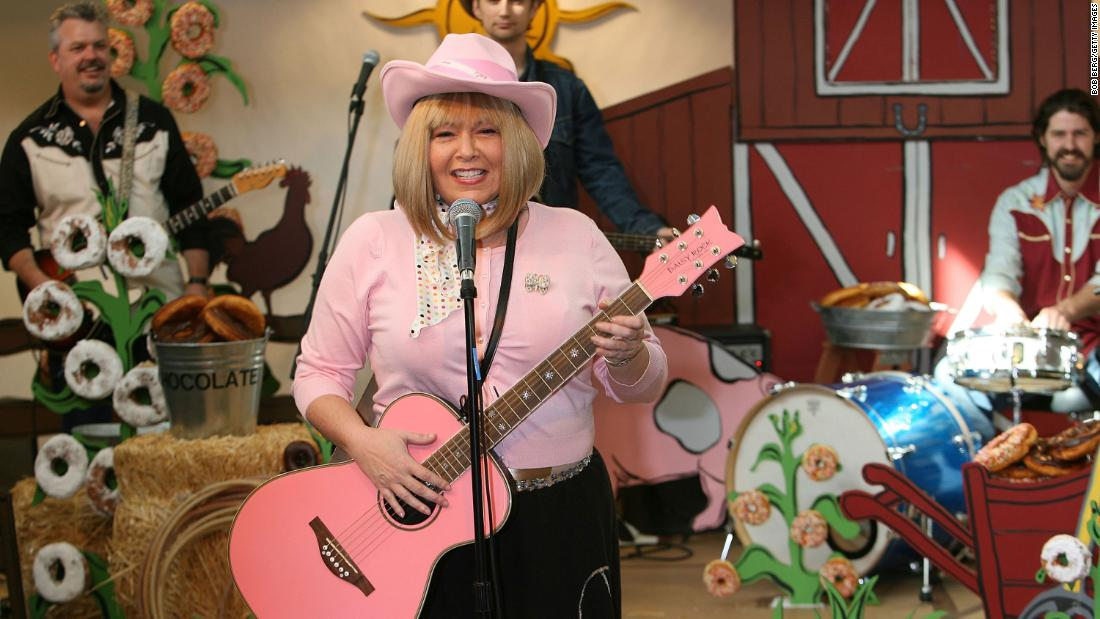 "Barr performs songs at a bookstore in Los Angeles to promote her children's singalong DVD ""Rockin' with Roseanne"" in February 2006."