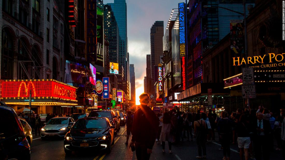 "People in New York look at the phenomenon known as ""Manhattanhenge"" on Wednesday, May 30. <a href=""https://www.cnn.com/travel/article/manhattanhenge-sun-new-york-feat/index.html"" target=""_blank"">The semiannual occurrence</a> is when the setting sun aligns perfectly with Manhattan's east-west streets. <a href=""http://www.cnn.com/2018/05/24/world/gallery/week-in-photos-0525/index.html"" target=""_blank"">See last week in 23 photos</a>"