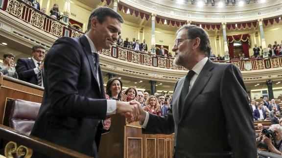 Mariano Rajoy, outgoing Prime Minister  of Spain, right, shakes the hand of Pedro Sanchez, leader of the Spanish Socialist Party (PSOE), following a no-confidence motion vote at parliament in Madrid, Spain, on Friday, June 1, 2018. Rajoy's resistance was finally broken Thursday, overwhelmed by the drumbeat of corruption revelations that has grown throughout his seven years in office. Photographer: Uly Martin/Pool via Bloomberg