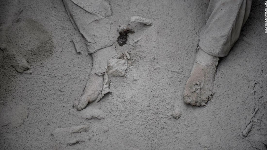 A victim is covered in ash in San Miguel Los Lotes.