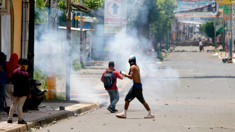 Demonstrators clash with riot police during protests in Monimbo neighborhood in Masaya, some 40km from Managua on June 2, 2018. - The death toll from weeks of violent unrest in Nicaragua rose to almost 100 as embattled President Daniel Ortega rejected calls to step down and the Catholic church, which has tried to mediate the conflict, refused to resume the dialogue. (Photo by INTI OCON / AFP)        (Photo credit should read INTI OCON/AFP/Getty Images)