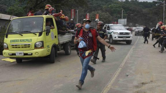 Volunteers and rescuers evacuate a disaster zone in Escuintla on June 5.