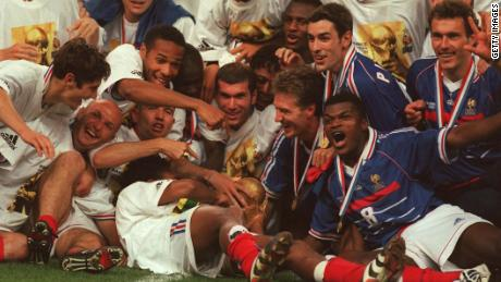 PARIS, FRANCE - JULY 12:  WM FRANCE 98, FINALE Paris; BRASILIEN - FRANKREICH 0:3 (BRA - FRA); FRANKREICH FUSSBALLWELTMEISTER 1998; JUBEL FRA TEAM - Bixente LIZARAZU, Frank LEBOEUF, Thierry HENRY, Lilian THURAM, Zinedine ZIDANE, DIOMEDE, Didier DESCHAMPS, PIRES, Marcel DESAILLY, Laurent BLANC  (Photo by Lutz Bongarts/Bongarts/Getty Images)