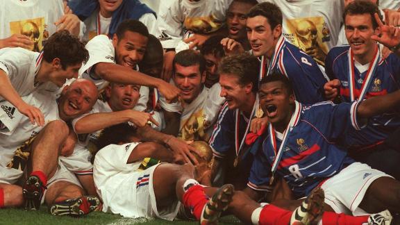 PARIS, FRANCE - JULY 12:  WM FRANCE 98, FINALE Paris; BRASILIEN - FRANKREICH 0:3 (BRA - FRA); FRANKREICH FUSSBALLWELTMEISTER 1998; JUBEL FRA TEAM - Bixente LIZARAZU, Frank LEBOEUF, Thierry HENRY, Lilian THURAM, Zinedine ZIDANE, DIOMEDE, Didier DESCHAMPS, PIRES, Marcel DESAILLY, Laurent BLANC  (Photo by Lutz Bongarts/Bongarts/Getty Images)