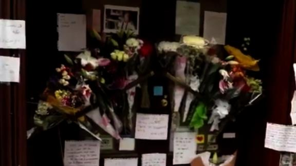 NS Slug: BOURDAIN:FANS LEAVE TRIBUTES OUTSIDE NYC RESTAURANT  Synopsis: Fans of Anthony Bourdain left tributes Friday outside the now closed restaurant Brasserie Les Halles in New York, where the chef once worked  Video Shows: Fans of Anthony Bourdain left tributes Friday outside the now closed restaurant Brasserie Les Halles in New York, where the chef once worked    Keywords: ANTHONY BOURDAIN OBITUARY CHEF FOOD PARTS UNKNOWN
