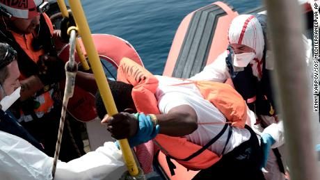 Migrant rescue ship begins 4-day journey