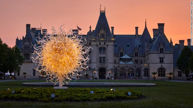 Famous glass artist Chihuly will exhibit in London's Kew Gardens for the first time since 2005