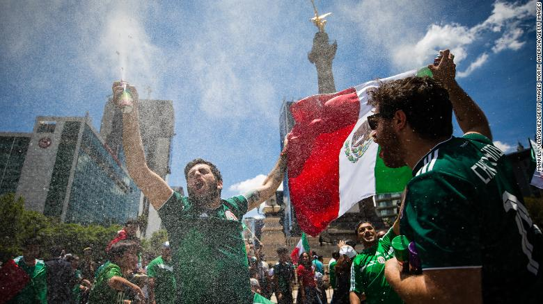 MEXICO CITY, MEXICO - JUNE 17: Mexicans celebrate at the Angel of Independence after the Mexico National Team victory over Germany in the 2018 FIFA World Cup Russia on June 17, 2018 in Mexico City, Mexico. (Photo by Manuel Velasquez / Getty Images)