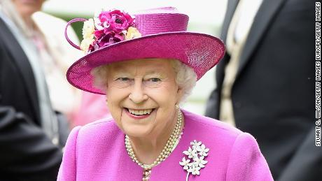 ASCOT, ENGLAND - JUNE 24:  Queen Elizabeth II attends day 5 of Royal Ascot 2017 at Ascot Racecourse on June 24, 2017 in Ascot, England.  (Photo by Stuart C. Wilson/Getty Images)
