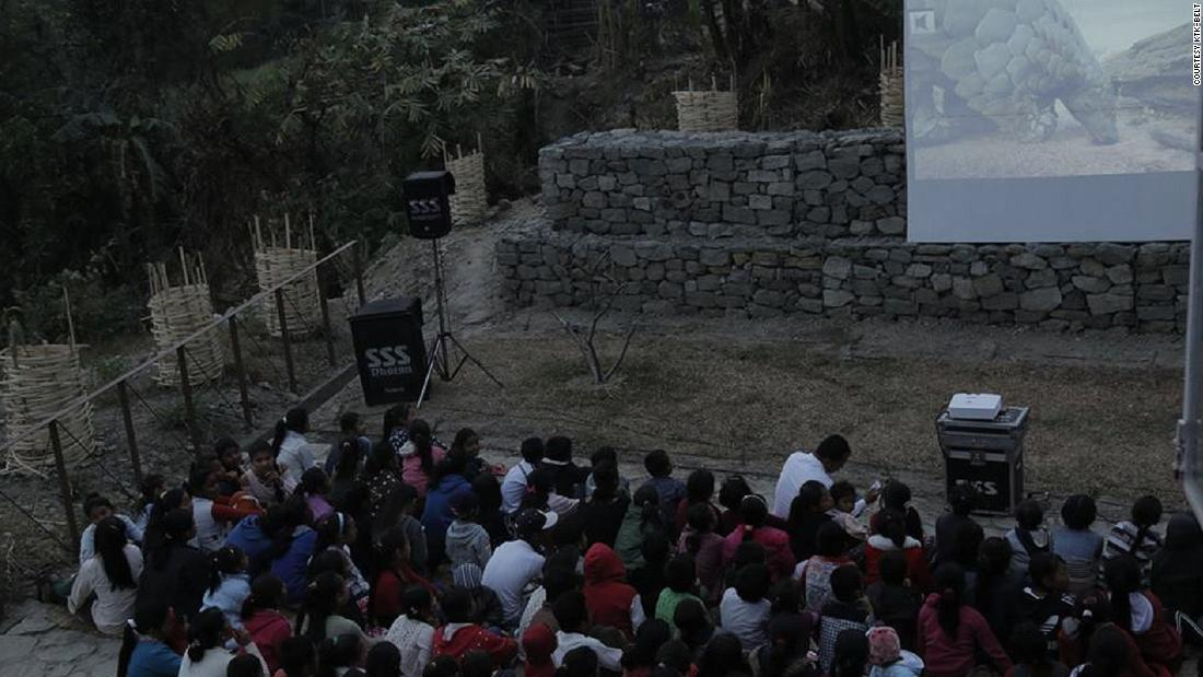 Vertical University often puts on cinema nights for rural communities, showing films that aim to raise environmental awareness. Here they showed a documentary on pangolins in Yangshila.<br />
