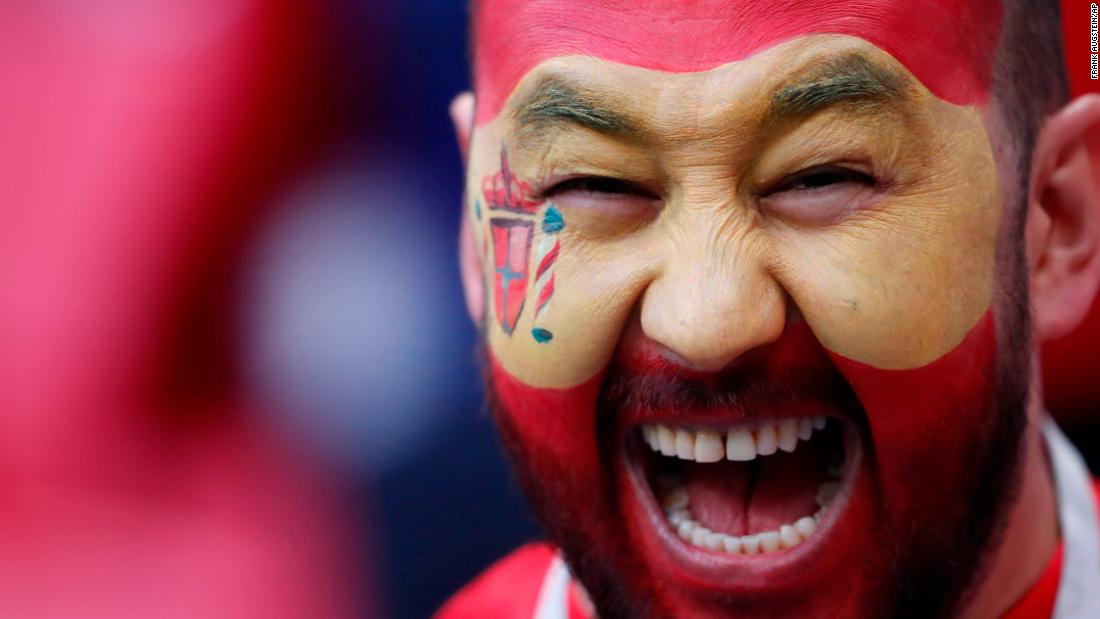 A fan has his face painted with the colors of the Spanish flag on June 20.