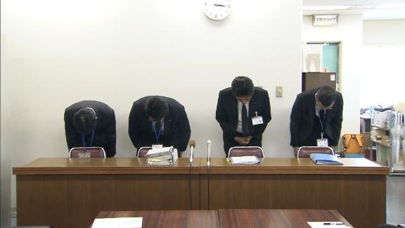 Four officials from the Kobe Waterworks Bureau bow in apology at a press conference.