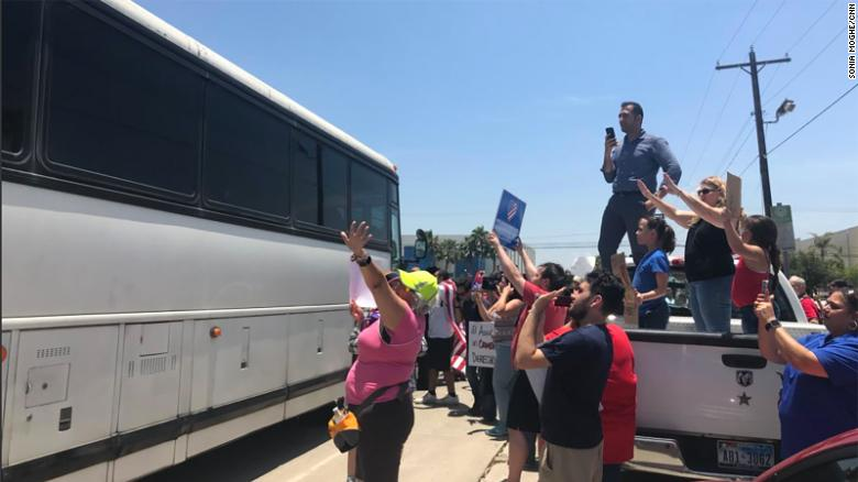 protesters briefly block bus leaving migrant detention center cnn