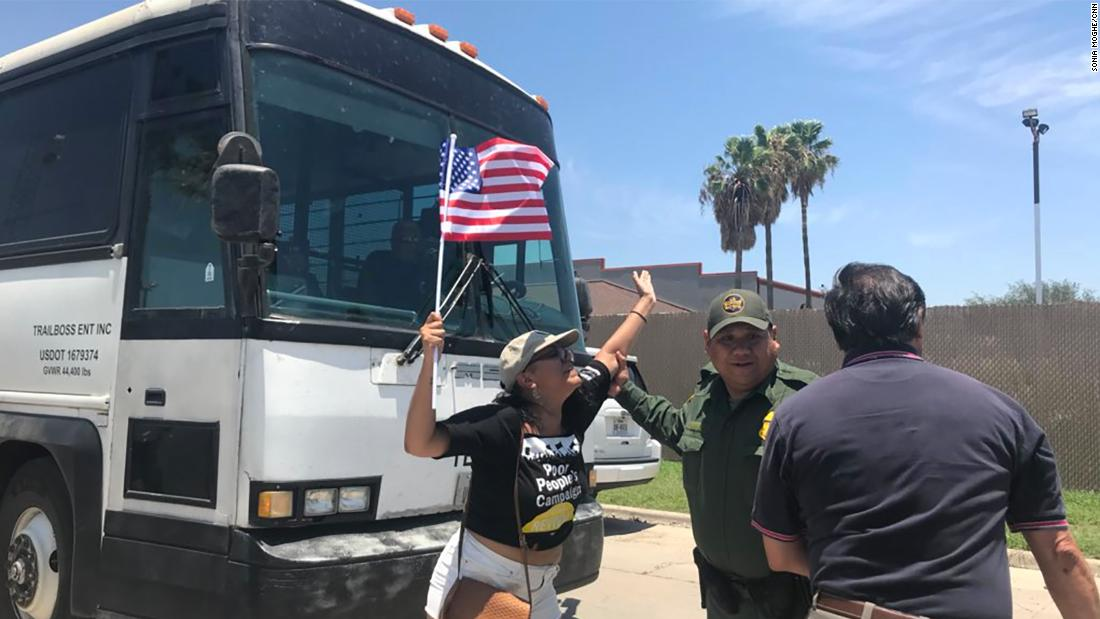 Protesters briefly block bus leaving migrant detention center - CNN