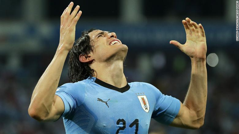 Edinson Cavani celebrates his winning goal.