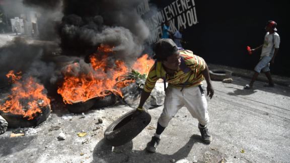 TOPSHOT - Protesters barricade a street in the Port-au-Prince suburb of Petion-Ville on July 7, 2018, to protest against the increase in fuel prices.  Haiti