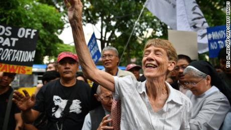 Australian nun Patricia Fox greets supporters as she arrives at the Department of Justice to file an appeal for her deportation order in Manila on May 25.