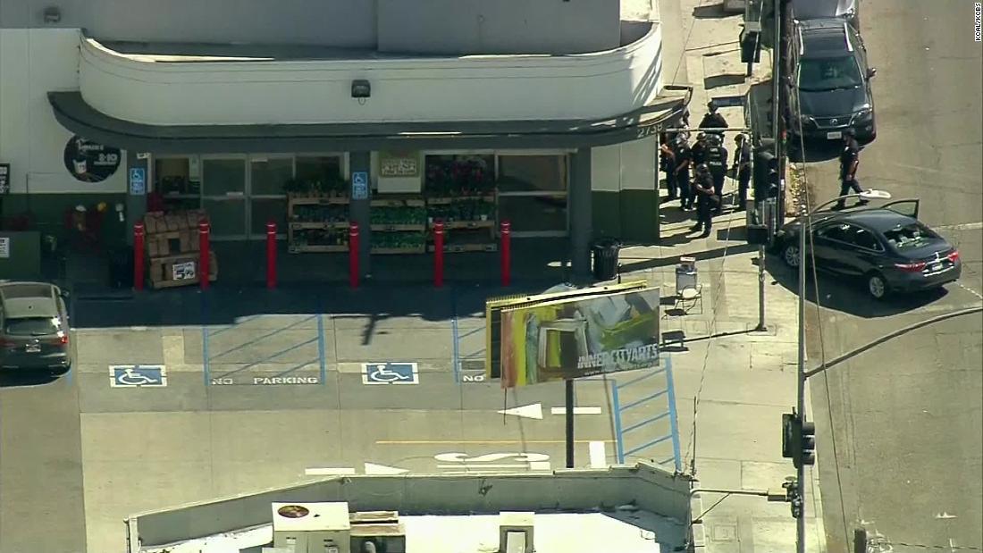 Los Angeles police represent seemingly hostage sing at Trader Joe's thumbnail