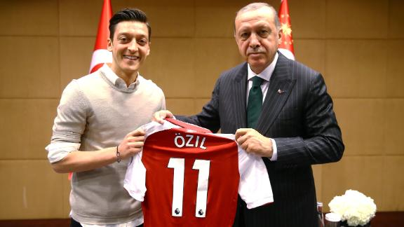LONDON, UNITED KINGDOM - MAY 13: Turkish-German football player Mesut Ozil who plays for Arsenal (L) presents a jersey to Turkish President Recep Tayyip Erdogan before their meeting in London, United Kingdom on May 13, 2018.  (Photo by Kayhan Ozer/Anadolu Agency/Getty Images)