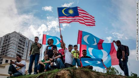 Supporters of Mahathir Mohamad, chairman of 'Pakatan Harapan' (The Alliance of Hope), wait for him to be sworn in as Malaysian prime minister, on May 10, 2018 in Kuala Lumpur, Malaysia.