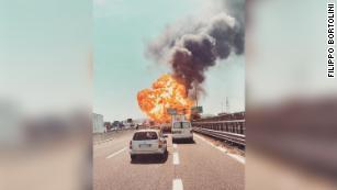 【イタリア】ボローニャ空港のそばでタンクローリーが爆発 火柱が上がる  死者3名怪我67名
