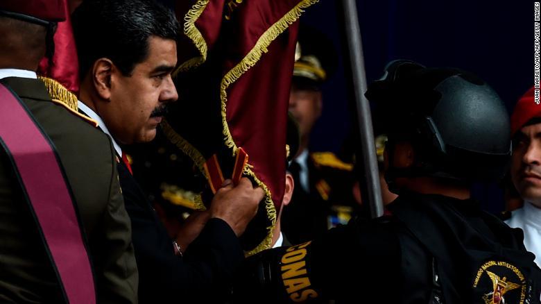 委内瑞拉总统尼古拉斯·马杜罗(左)在发生袭击的仪式上。