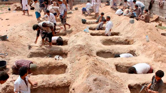 TOPSHOT - Yemenis dig graves for children, who where killed when their bus was hit during a Saudi-led coalition air strike, that targeted the Dahyan market the previous day in the Huthi rebels' stronghold province of Saada on August 10, 2018. - An attack on a bus at a market in rebel-held northern Yemen killed at least 29 children on August 9, the Red Cross said, as the Saudi-led coalition faced a growing outcry over the strike. (Photo by STRINGER / AFP)        (Photo credit should read STRINGER/AFP/Getty Images)