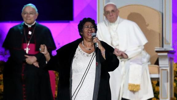 PHILADELPHIA, PA - SEPTEMBER 26:  Pope Francis (C) looks on as Aretha Franklin performs during the Festival of Families on September 26, 2015 in Philadelphia, Pennsylvania.  Pope Francis is wrapping up his trip to the United States with two days in Philadelphia where he will attend the Festival of Families and will meet with prisoners at the Curran-Fromhold Correctional Facility.  (Photo by Justin Sullivan/Getty Images)