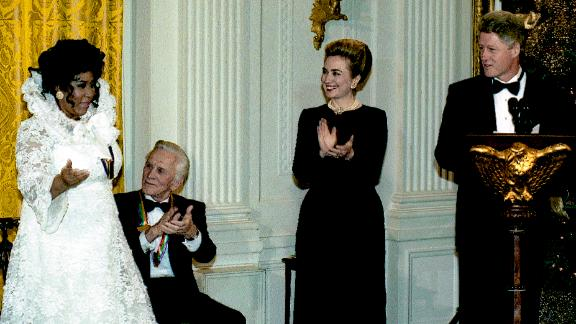 Franklin is applauded by fellow Kennedy Center Honors Awards honorees, as well as former first lady Hillary Clinton and US President Bill Clinton on December 4, 1994.