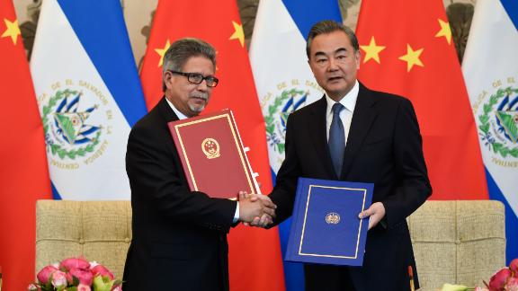El Salvador's Foreign Minister Carlos Castaneda (L) shakes hands with China's Foreign Minister Wang Yi in Beijing on August 21.