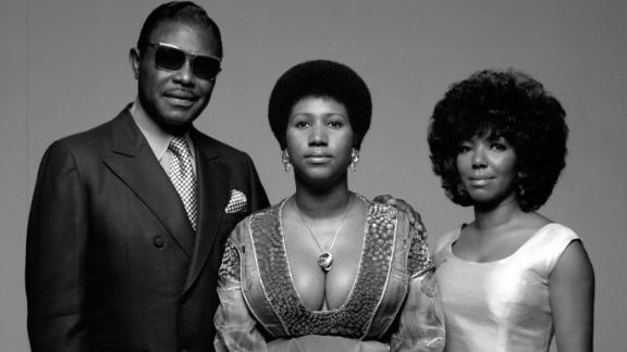 Aretha Franklin, center, with her father and  sister Carolyn in 1971.