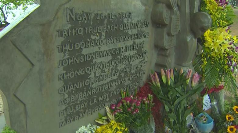 Vietnamese pay tribute to Sen  John McCain