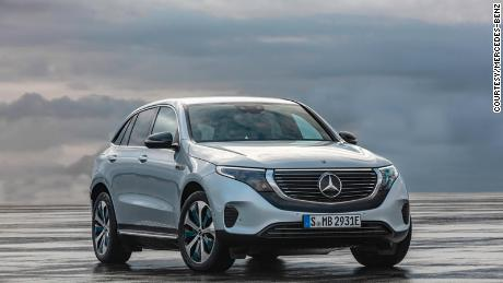 Mercedes-Benz EQC 400 4MATIC, (BR N293) / Hightechsilber / Interior: Electric Art / Der neue Mercedes-Benz EQC - der erste Mercedes-Benz der Produkt- und Technologiemarke EQ. Mit seinem nahtlosen klaren Design ist der EQC ein Vorreiter einer avantgardistischen Elektro-Ästhetik mit wegweisenden Designdetails und markentypischen Farbakzenten außen wie innen. // Mercedes-Benz EQC 400 4MATIC, (BR N293) / hightech silver / Interior: Electric Art / The new Mercedes-Benz EQC - the first Mercedes-Benz under the product and technology brand EQ. With its seamless, clear design, the EQC is a pioneer for an avant-garde electric look with trailblazing design details and colour highlights typical of the brand both inside and out.