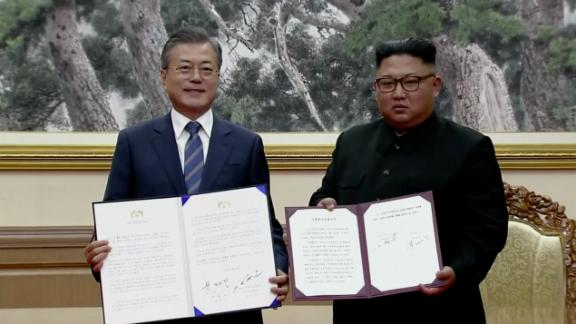 South Korean Presdient Moon Jae-in and Norht Korean leader Kim Jong Un after signing the agreement.