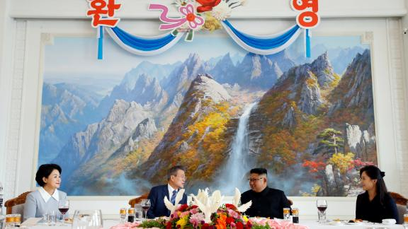 South Korean President Moon Jae-in and North Korean leader Kim Jong Un attend a luncheon.