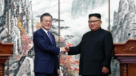 PYONGYANG, NORTH KOREA - SEPTEMBER 19: (EDITORIAL USE ONLY, NO COMMERCIAL USE) South Korean President Moon Jae-in (L) ashakes hands with North Korean leader Kim Jong Un (R) during a joint press conference at Paekhwawon State Guesthouse on September 19, 2018 in Pyongyang, North Korea. Kim and Moon meet for the Inter-Korean summit talks after the 1945 division of the peninsula, and will discuss ways to denuclearize the Korean Peninsula. (Photo by Pyeongyang Press Corps/Pool/Getty Images)