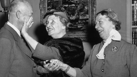 circa 1950:  Deaf and blind American activist, writer and lecturer, Helen Keller (1880 - 1968) with Dwight Eisenhower (1890 - 1969), the 34th President of the United States.  (Photo by MPI/Getty Images)