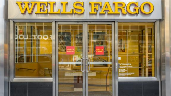 WELLS FARGO CORPORATE HEADQUARTERS, NEW YORK, UNITED STATES - 2016/10/05: Wells Fargo bank office in New York City. (Photo by Erik McGregor/Pacific Press/LightRocket via Getty Images)
